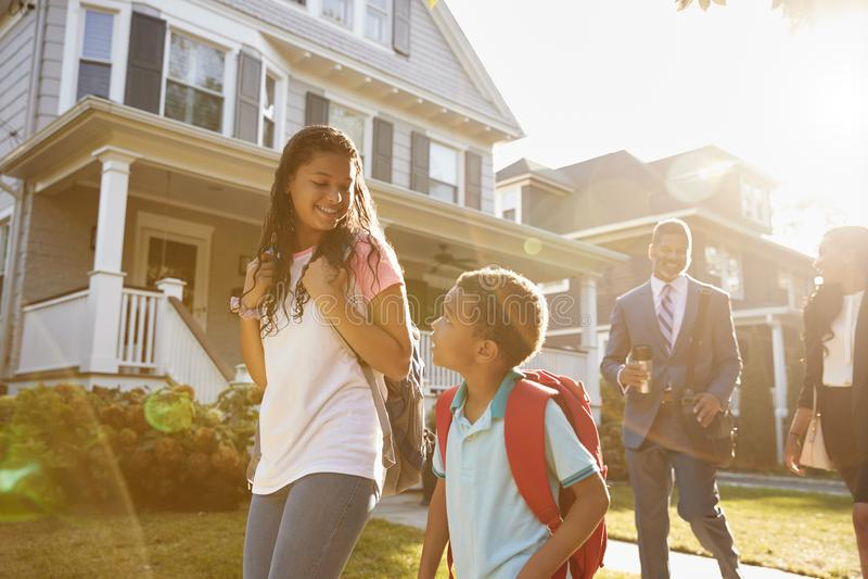 Дети родителей коммерсантки идя к школе на пути работать стоковые фото