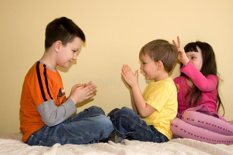 дети самонаводят шаловливое стоковое фото