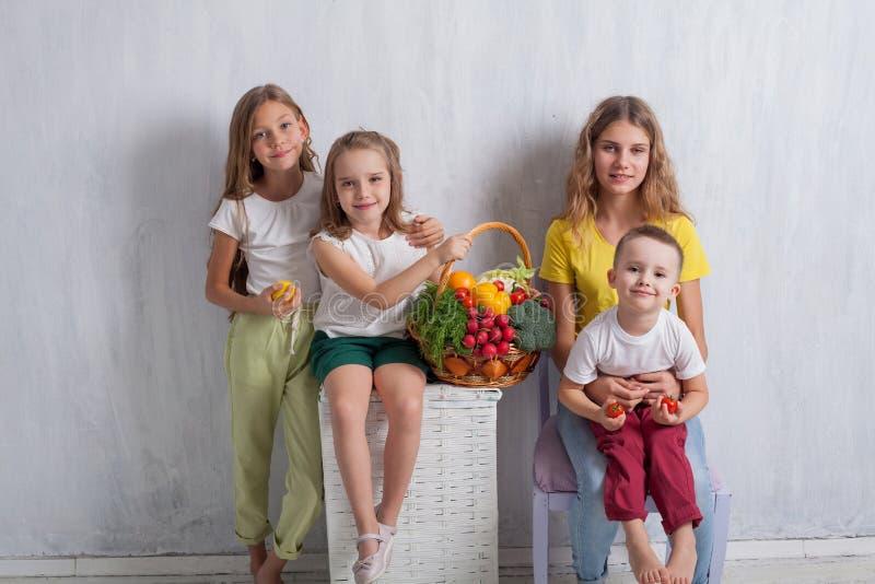 Дети сидят с плодом еды свежих овощей здоровым стоковая фотография rf