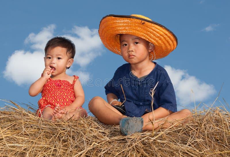 дети сидя сторновка стоковые изображения