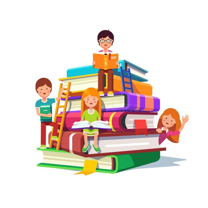 Дети сидя и читая на огромной куче книг иллюстрация вектора