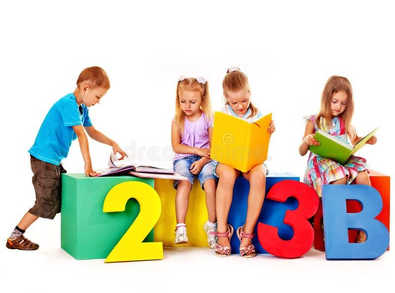 Дети сидя на кубе. стоковое изображение rf
