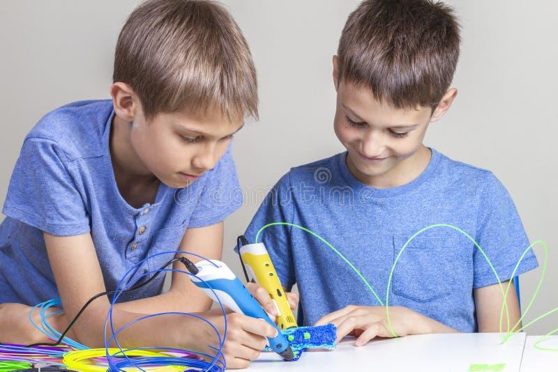 Дети создаваясь с ручками печатания 3d стоковые изображения