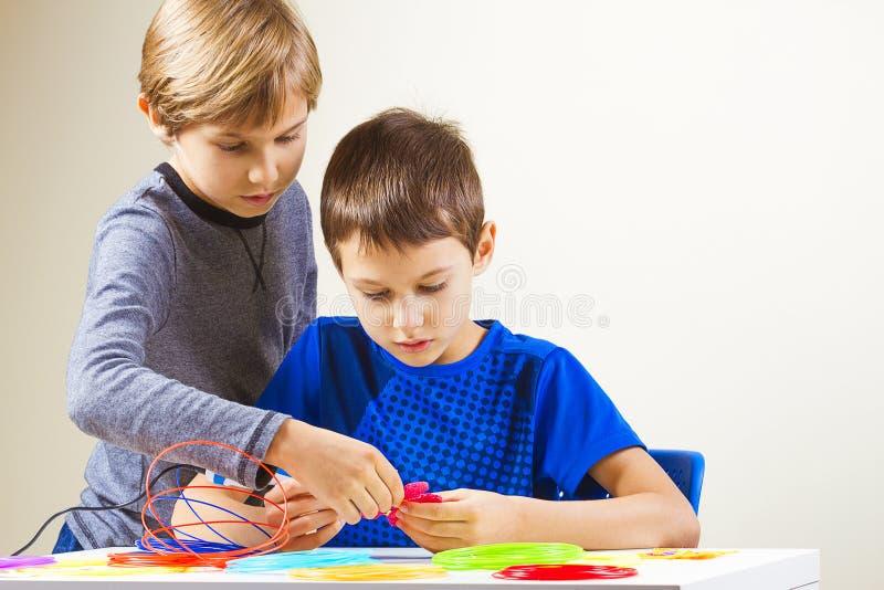 Дети создаваясь с ручкой печатания 3D стоковая фотография