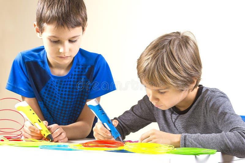 Дети создаваясь с ручкой печатания 3D стоковые фото