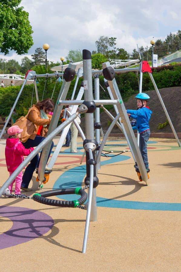 Download Дети спортивной площадки редакционное фото. изображение насчитывающей игра - 40584376