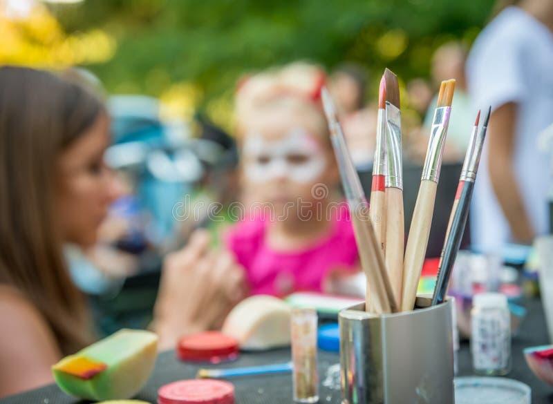 Дети справедливые - маскировка для масленицы стоковое изображение rf