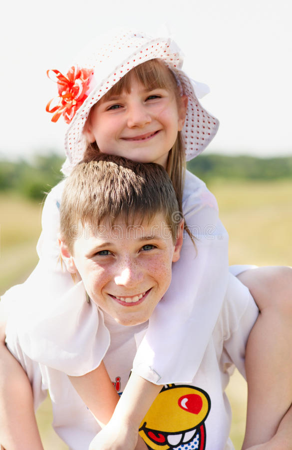 Дети стоят напольными стоковая фотография rf