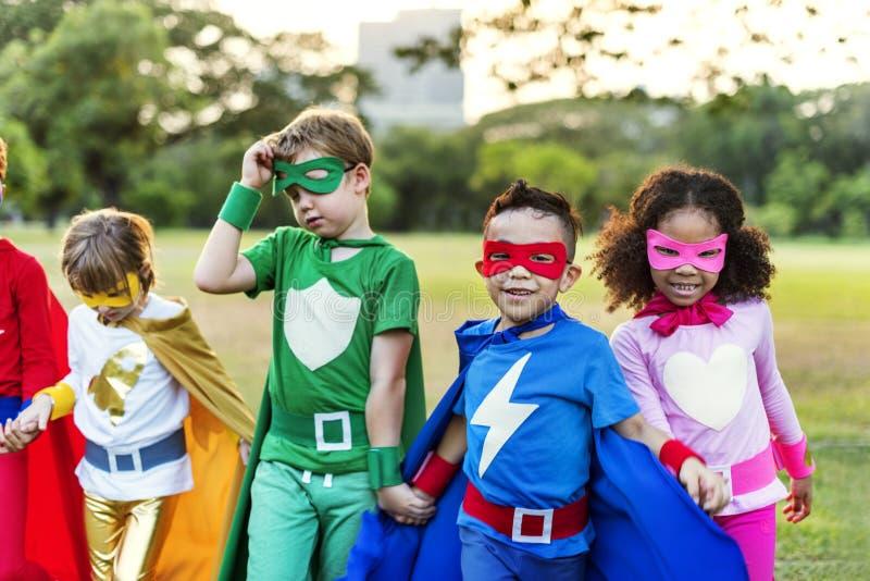 Дети супергероев жизнерадостные выражая концепцию позитивности стоковое фото rf