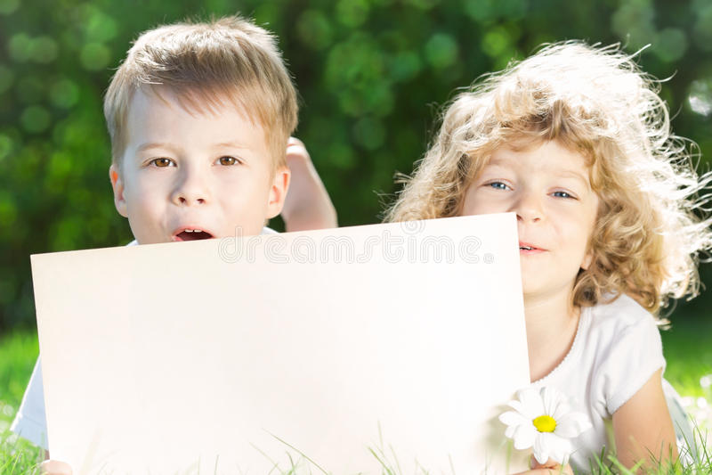Дети с бумажным пробелом стоковая фотография rf