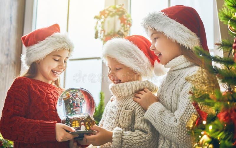Дети с глобусом снега стоковая фотография rf