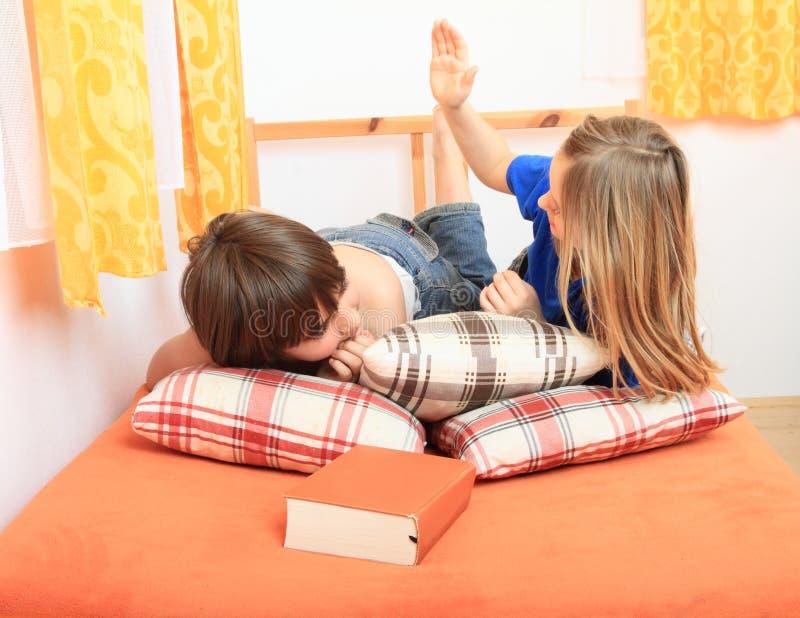Дети с книгой стоковые фотографии rf