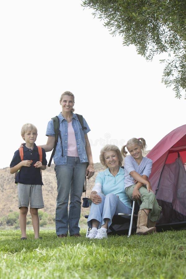 Дети с матерью и бабушкой на походе стоковые изображения rf