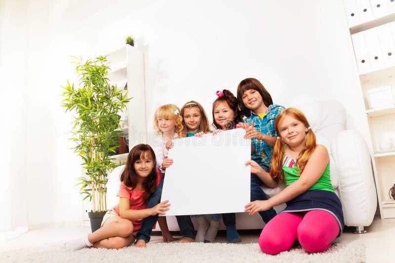 Дети с пустой доской объявления стоковое изображение