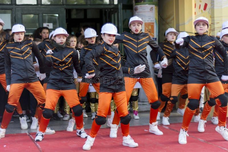 Дети танцуя на общественном этапе на день мира торжества танца стоковая фотография