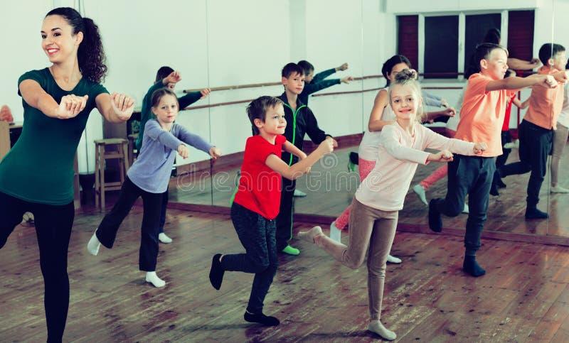 Дети танцуя contemp в студии усмехаясь и имея потеху стоковое изображение
