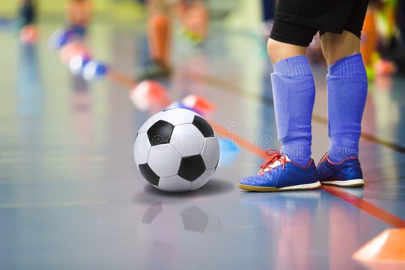 Дети тренируя спортзал футбола futsal крытый Молодой мальчик с шариком футбола стоковые изображения rf