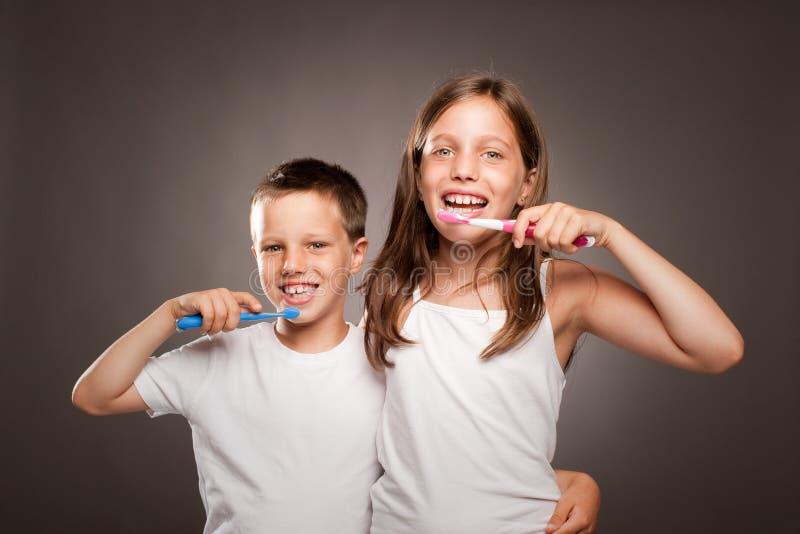 Дети чистя ее зубы щеткой стоковое изображение rf