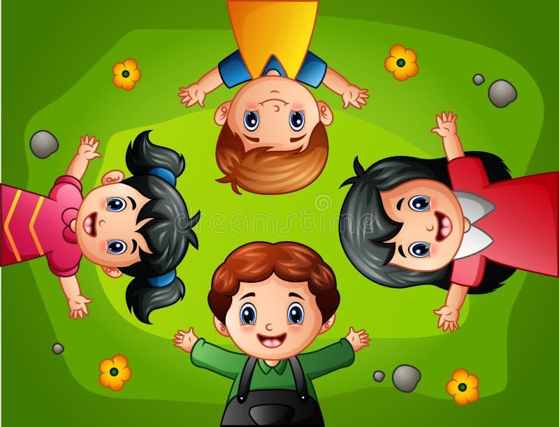 Дети шаржа лежа на зеленой траве бесплатная иллюстрация
