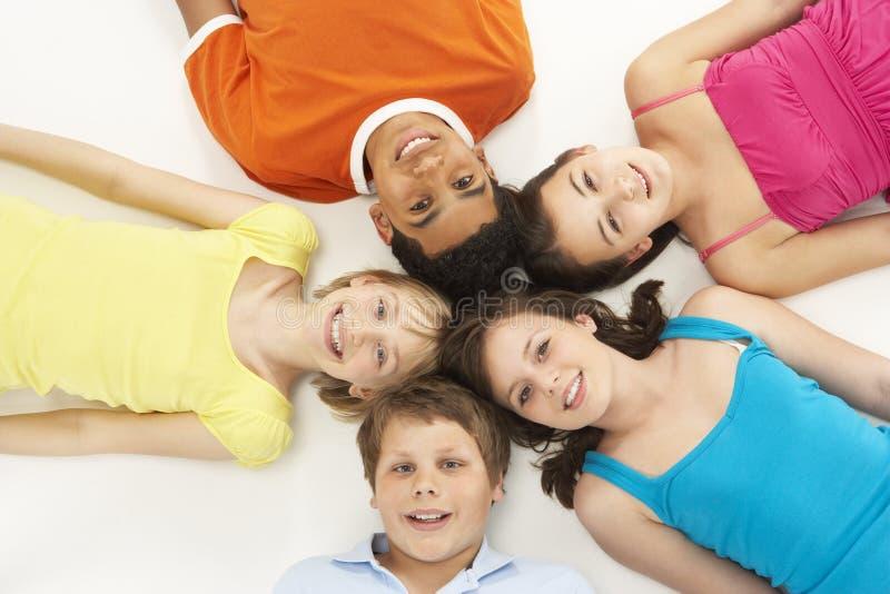 дети 5 надземных детенышей взгляда студии стоковое фото rf