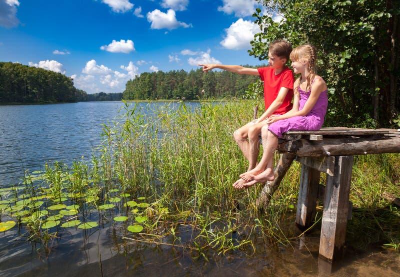 Дети birdwatching на озере лета стоковое фото rf