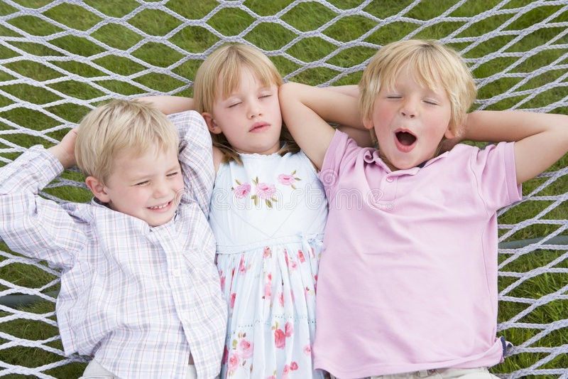 дети hammock ослабляя спать 3 стоковое изображение rf