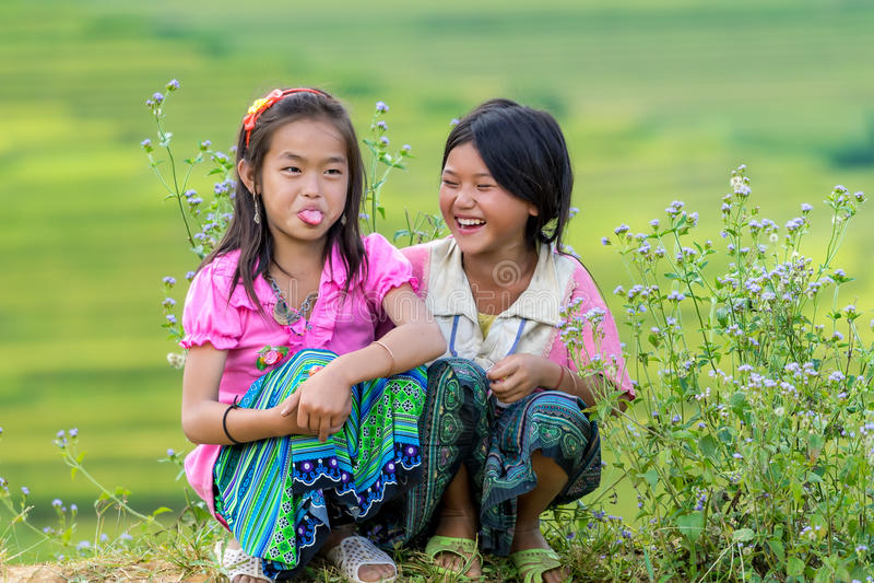 Дети Hmong усмехаясь в реке террасы риса встают на сторону стоковые фото