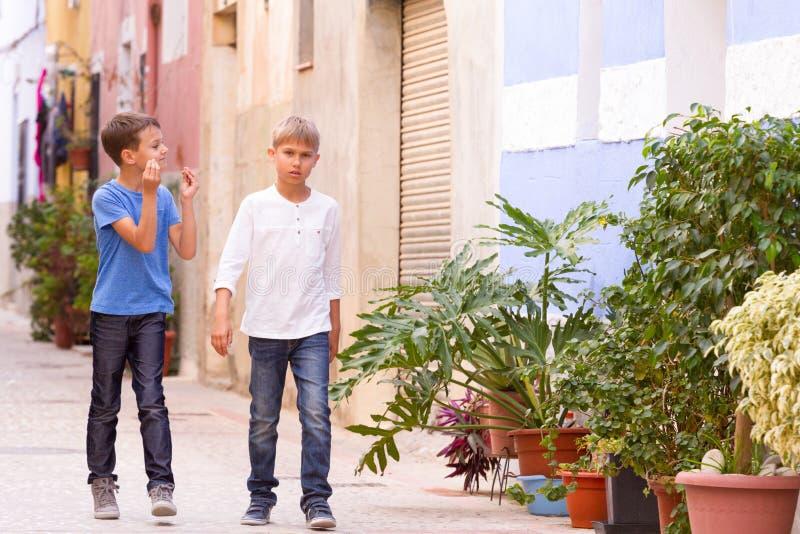 Дети outdoors идя в город улицы европейский на летний день стоковое фото rf