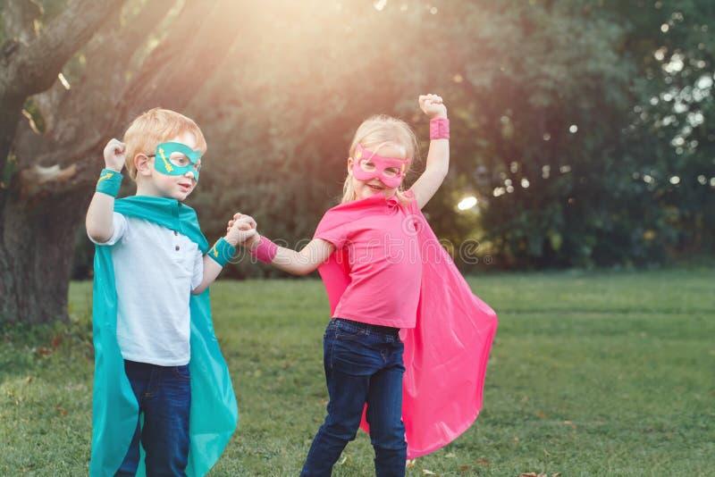 Дети Preschool кавказские играя супергероев стоковые фото