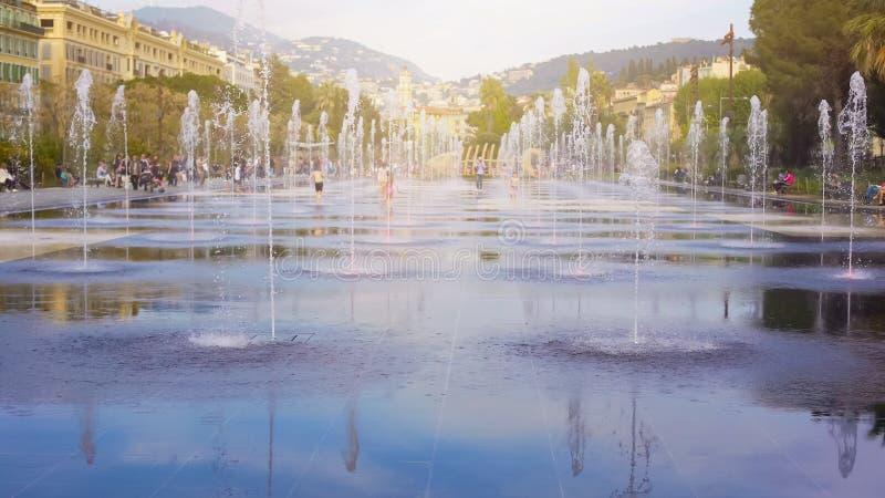 Дети romping в фонтане на прогулке du Paillon в славном, летние отпуска стоковое изображение