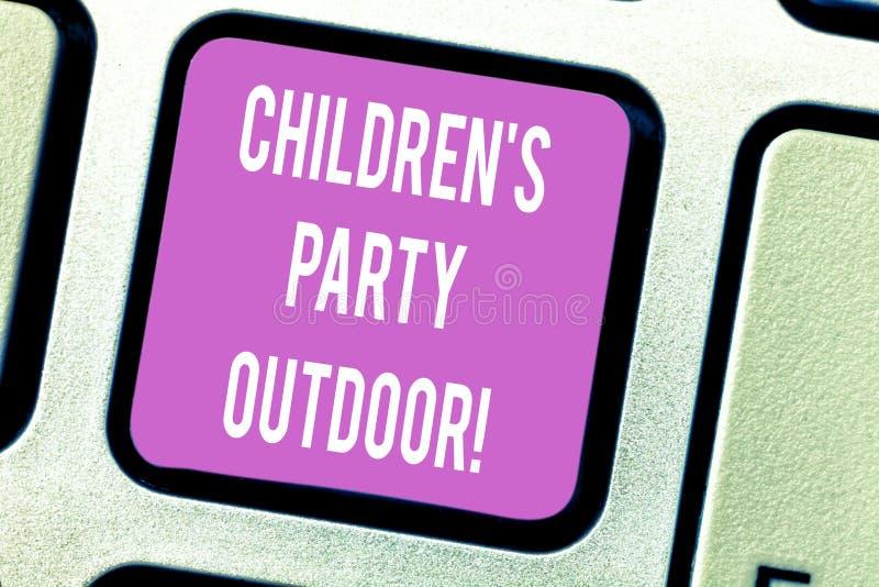 Дети s текста почерка партия на открытом воздухе Концепция знача праздненство детей, который держат вне намерения клавиши на клав иллюстрация вектора