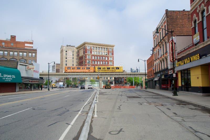 ДЕТРОЙТ, МИЧИГАН, СОЕДИНЕННЫЕ ШТАТЫ - 22-ое мая 2018: Движенец людей Detoit пересекает улицу в Greektown Повышенное стоковые изображения rf
