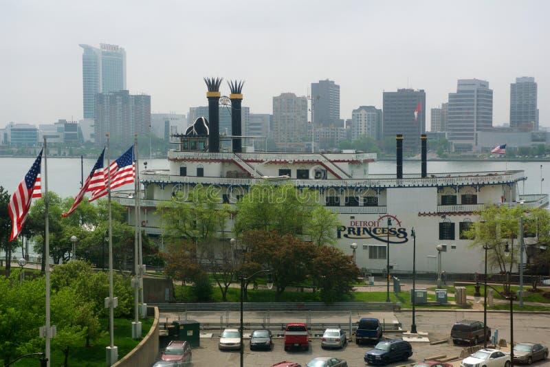 ДЕТРОЙТ, МИЧИГАН, СОЕДИНЕННЫЕ ШТАТЫ - 22-ое мая 2018: Принцесса Детройта состыковала вдоль Рекы Detroit в центре города стоковое фото rf