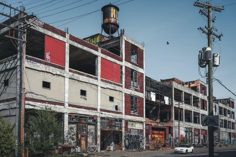 Детройт, Мичиган, Соединенные Штаты - октябрь 2018: Внешний взгляд получившегося отказ завода Packard автомобильного с водонапорн стоковые изображения