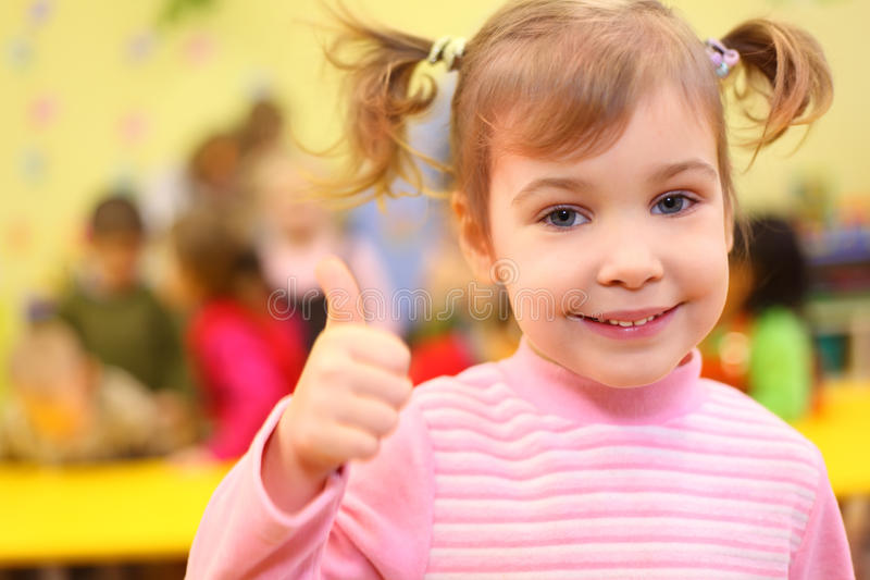 детсад девушки немногая одобренный усмехаться выставок стоковое изображение rf