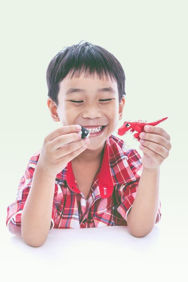 Детская игра его работает от глины, на белизне Усильте imagina стоковое фото rf