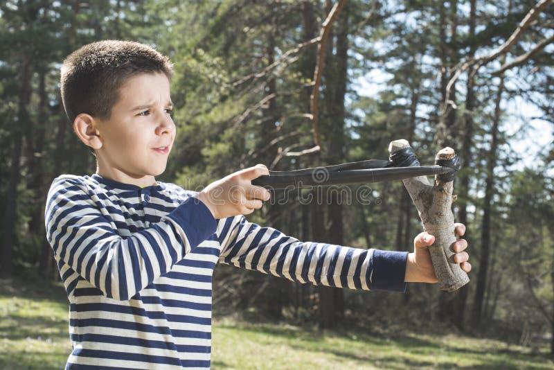 Детская игра с игрушкой слинга стоковая фотография rf