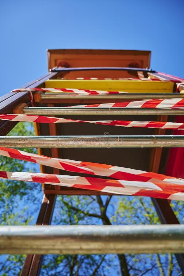 Детская игровая площадка в Берлине, Германия, закрытая из-за вируса Covid-19 стоковые фото