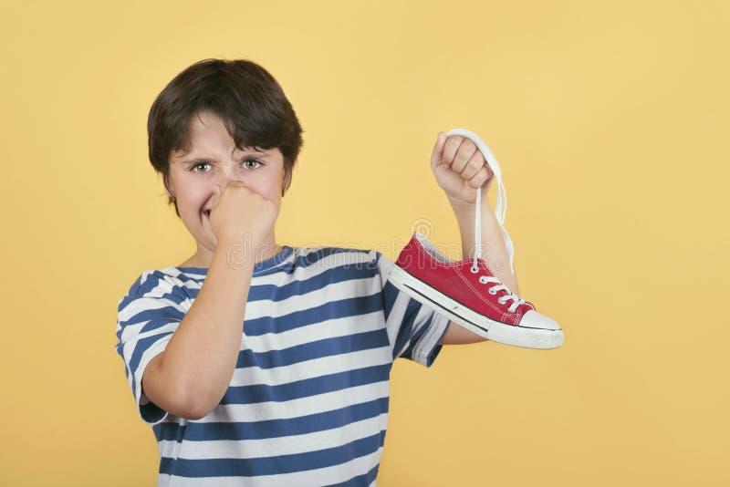 Детская обувь с пахлыми кроссовками стоковое фото