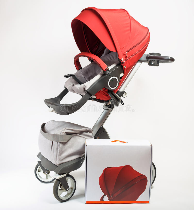 Детская дорожная коляска элиты Норвегии с коробкой стоковая фотография rf