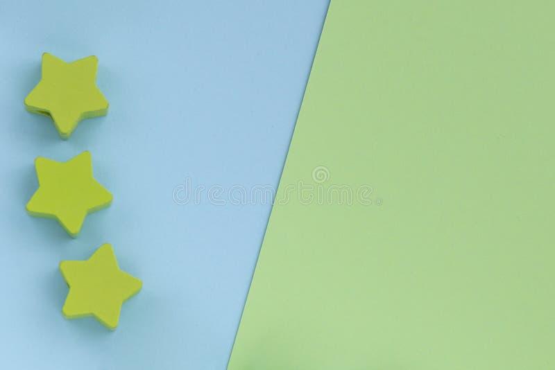 Детские игрушки на заднем фоне пастельно-зелёной бумаги Топ-представление о детских образовательных играх Деревянные звезды Плоск стоковое фото rf