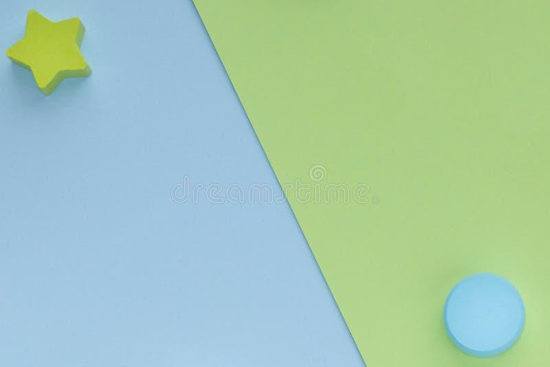 Детские игрушки на заднем фоне пастельно-зелёной бумаги Топ-представление о детских образовательных играх Деревянная звезда и кру стоковое изображение rf