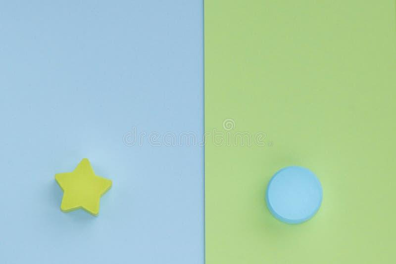 Детские игрушки на заднем фоне пастельно-зелёной бумаги Топ-представление о детских образовательных играх Деревянная звезда и кру стоковое фото