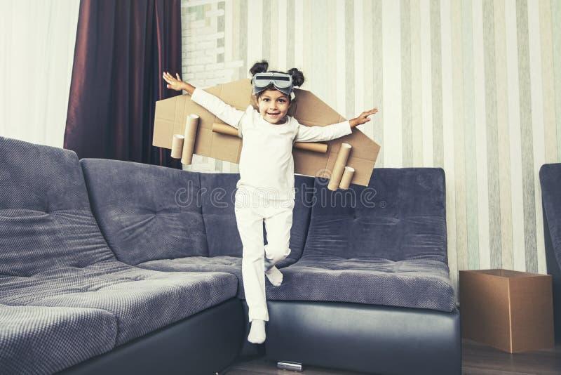 Детские игры в костюме пилота и хотят лететь в стоковая фотография