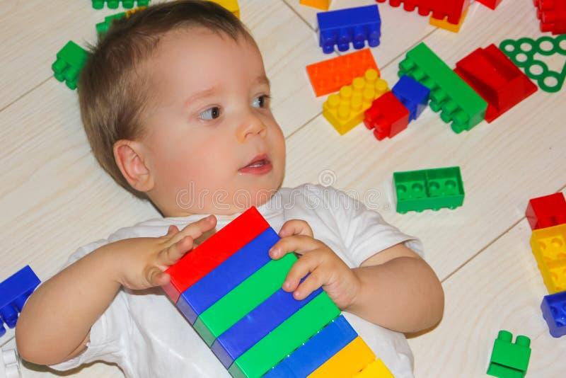 Детские игры с дизайнером multicet Мальчик среди стоковая фотография rf