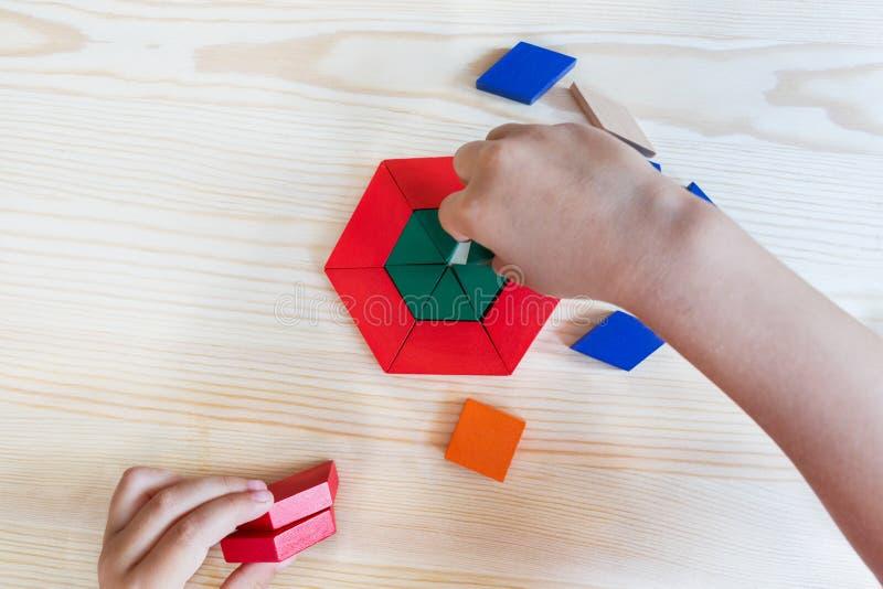 Детские игры с покрашенными блоками строят модель на свете стоковое изображение rf