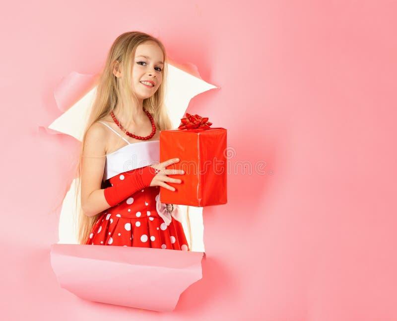 Детство и счастье, подарочная коробка День рождения и рождество День рождественских подарков, торжество праздника и партия Девушк стоковые изображения