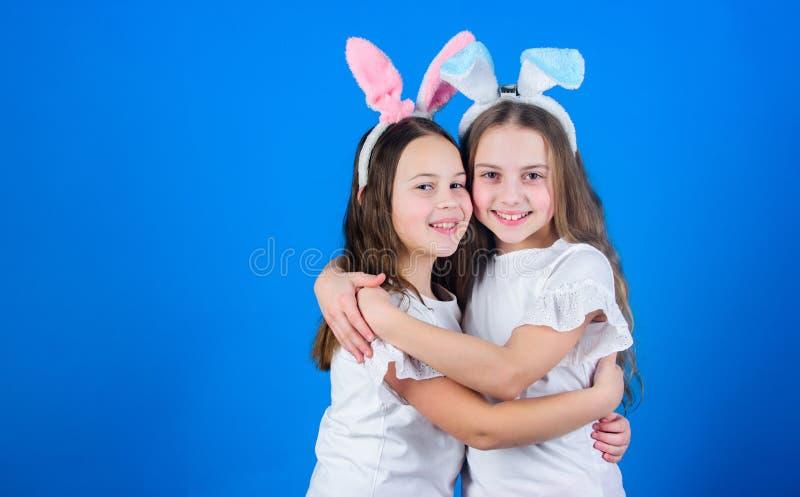 детство счастливое портрет 2 пеликанов приятельства принципиальной схемы предпосылки темный влажный Флюиды пасхи пасха счастливая стоковые фото