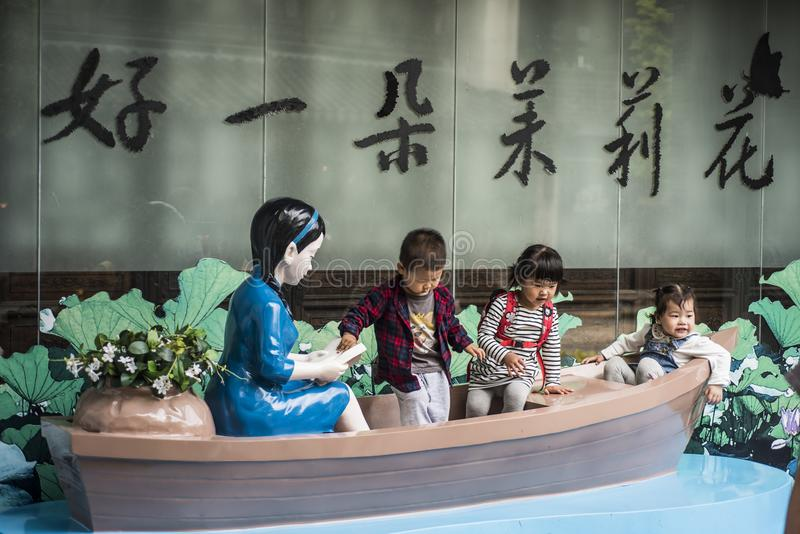 3 дет играя на сценарной деревянной шлюпке стоковая фотография rf