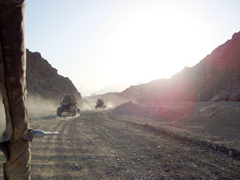 Дефектная езда Заходящее солнце Отключение к египетской деревне стоковые фотографии rf